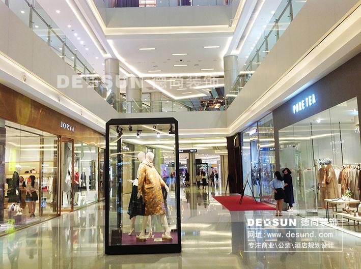 商场中庭区域是大型商场装修设计项目中最大的活动空间,它是顾客进入商场的起点,整个商场空间结构均是围绕中庭组成布置,大型商场中庭设计一般用来举办公共活动,也是商场内部宣传做活动时展示产品的黄金区域。特别对于一些商场进驻的品牌企业,更需要有一个良好的空间对其产品进行宣传和推广,突出品牌效益。而商场的中庭展示空间则是最好的选择。深圳商场设计装饰公司专业从事商场装修设计多年,对商场中庭装修与中庭设计有着丰富的经验,以下是小编为大家整理的大型商场中庭装修设计效果图及商场中庭装饰图片,希望对大家在商场装饰设计中有所帮